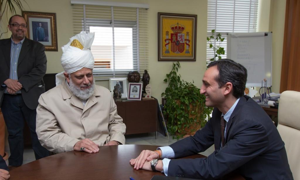 Mayor in Calp meeting His Holiness, Hazrat Mirza Masroor Ahmad, Head of the worldwide Ahmadiyya Muslim Jama'at