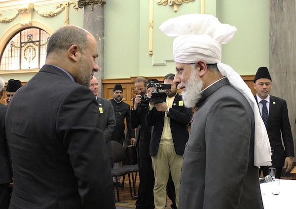 Upon the conclusion of the event, Hazrat Mirza Masroor Ahmad met with various dignitaries including the Ambassadors of Iran and Israel. His Holiness was then given a tour of Parliament by Kanwaljit Singh Bakshi MP and thereafter His Holiness led the Zuhr and Asr prayers at the Parliament.