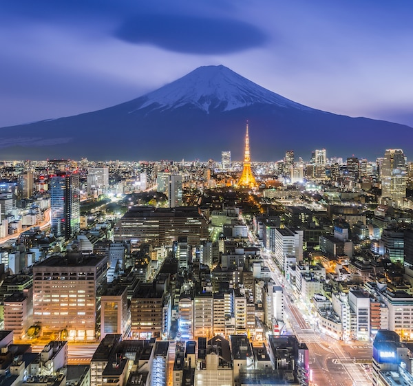 Aerial view of Tokyo at night. © skyearth | shutterstock.com