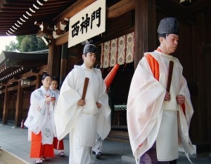 Traditional wedding in Meijijingu in Tokyo, Japan. Meiji Jingu is the Shinto shrine. Most of the Japanese have a Shinto wedding and a Buddhist funeral to respect both religions. © BEEE | shutterstock.com