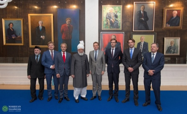 From left to right: 1. Hibatunnoer Verhagen, national president of the Ahmadiyya Muslim Jama'at Holland. 2. Pieter Omtzigt (CDA party) ; Parliamentarian and member of Christian Democratic Appeal. 3. Harry van Bommel (SP party) ; Parliamentarian and member of the Socialist Party. 4. Hazrat Mirza Masroor Ahmadaba, Worldwide Head of the Ahmadiyya Muslim Community. 5. Han ten Broeke (VVD party) ; Parliamentarian and member of Peoples party for Freedom and Democracy. 6. Sjoerd Sjoerdsma (D66 party) ; Parliamentarian and member of Democratic party '66. 7. Michiel Servaes (PVDA party) ; Parliamentarian and member of Labour Party. 8. Theo van Toor, gri er (clerk for the Standing Committee of Foreign Affairs). © Makhzan-e-Tasaweer From left to right: 1. Hibatunnoer Verhagen, national president of the Ahmadiyya Muslim Jama'at Holland. 2. Pieter Omtzigt (CDA party) ; Parliamentarian and member of Christian Democratic Appeal. 3. Harry van Bommel (SP party) ; Parliamentarian and member of the Socialist Party. 4. Hazrat Mirza Masroor Ahmadaba, Worldwide Head of the Ahmadiyya Muslim Community. 5. Han ten Broeke (VVD party) ; Parliamentarian and member of Peoples party for Freedom and Democracy. 6. Sjoerd Sjoerdsma (D66 party) ; Parliamentarian and member of Democratic party '66. 7. Michiel Servaes (PVDA party) ; Parliamentarian and member of Labour Party. 8. Theo van Toor, gri er (clerk for the Standing Committee of Foreign Affairs). © Makhzan-e-Tasaweer