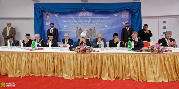 Nowadays, Muslims are perpetually portrayed negatively by the media. Hazrat Khalifatul Masih Vaba said that he hoped that the new mosque of the Ahmadiyya Community in Leicester would become a beacon of light and a symbol of peace within the city. His Holiness leads silent prayers at the conclusion of the event. © Makhzan-e-Tasaweer
