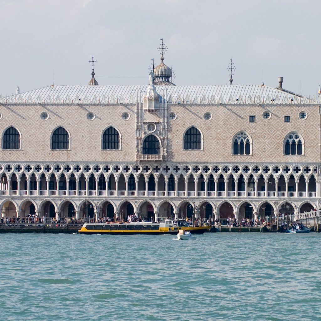 Image of Doge's Palace in Venice which incorporates 'merlons' into its architecture, a technique inspired from the Middle East